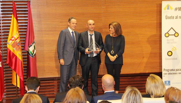Ismael Matute (en el centro) recibió el galardón de manos del consejero delegado de Ferrovial, Íñigo Meirás y la alcaldesa de Madrid, Ana Botella.