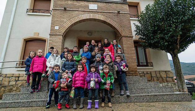 Tras la entrega de premios, los niños repartieron los calendarios por las casas del pueblo.