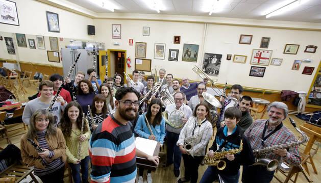Miembros de la banda de música de Tudela, con su director Igor Tantos, en un ensayo del espectáculo 'Ésta es mi última ópera'.