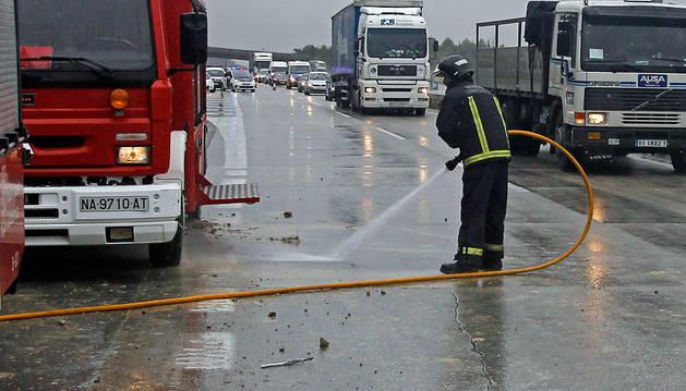 La limpieza de la calzada después de un accidente es una de las actuaciones susceptibles de cobro.