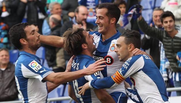 Los jugadores del Espanyol celebran el gol de Stuani