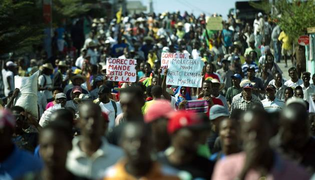 La oposición protesta en las calles por el actual Gobierno