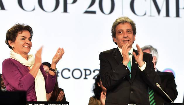 Christiana Figueres y Manuel Pulgar celebran la firma del acuerdo