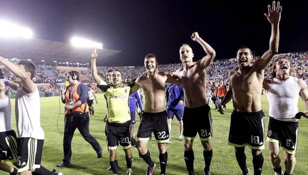 Los jugadores del Zaragoza celebran la permanencia