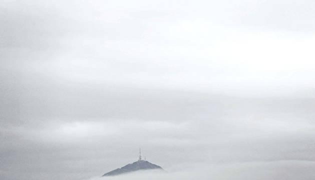 La higa de Monreal, emergiendo de entre la niebla estos días.
