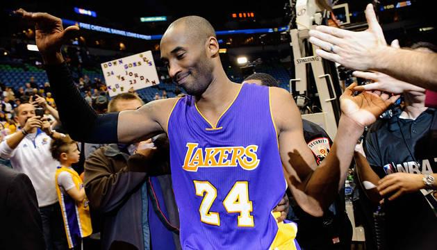 Kobe Bryant recibe las felicitaciones.