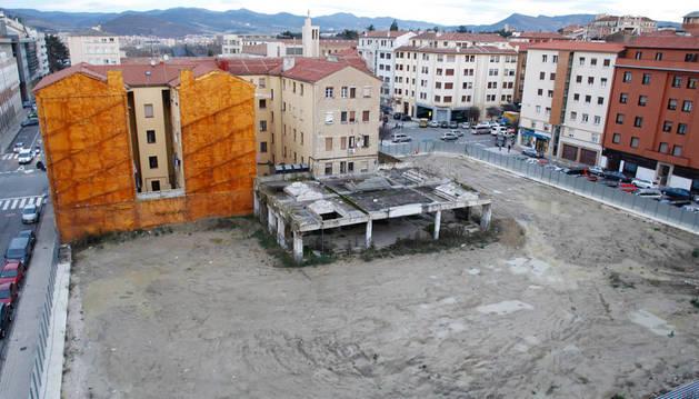 El solar, en pleno Segundo Ensanche de Pamplona y convertido en un barrizal,  es motivo de queja por parte de vecinos y comerciantes.