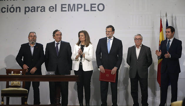 Méndez, Rosell, Rajoy, Báñez, Toxo y Garamendi, tras firmar el acuerdo.