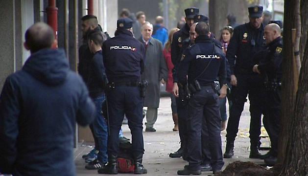 Imagen de televisión de efectivos de la Policía Nacional con algunos de los 15 detenidos en la reyerta del 30 de noviembre
