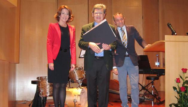 La Presidenta Barcina, el galardonado, Manuel Hidalgo, y el consejero Sánchez de Muniáin.