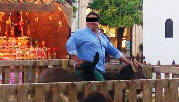 Un burro muere después de que un hombre de 150 kg se subiera encima