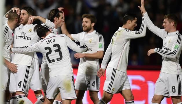 Los jugadores blancos celebran el gol de Benzema