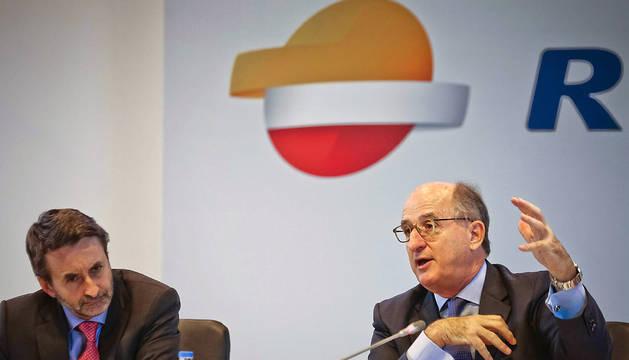El presidente de Repsol, Antonio Brufau (d) y el consejero delegado, Josu Jon Imaz, durante la rueda de prensa que ofrecieron este martes en Madrid