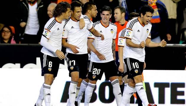 Los jugadores del Valencia celebran el gol de Rodrigo