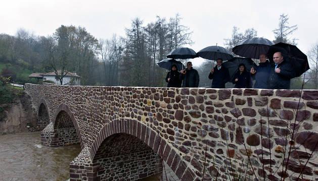 El consejero Esparza y el resto de autoridades, en el Puente de Elbete (Baztan), este martes