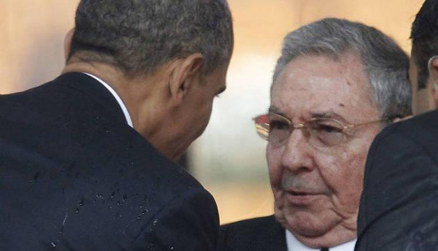Obama y Castro, en el entierro de Nelson Mandela, en Johannesburgo, en diciembre de 2013