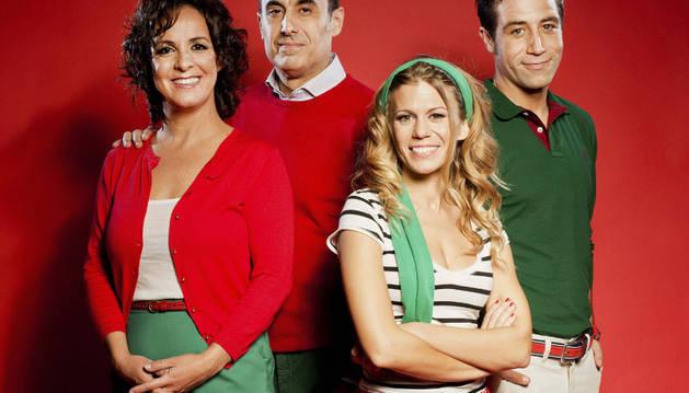 Cecilia Solaguren (i), Carlos Heredia (2i) Rebeca Valls (2d) y Leandro Rivera (d), protagonistas de la obra 'Más apellidos vascos'.