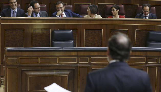 Rajoy habla ante la bancada socialista, con Pedro Sánchez.