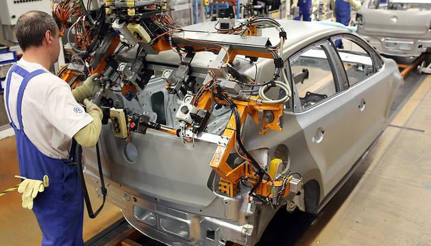 Un operario monta un Volkswagen Polo.