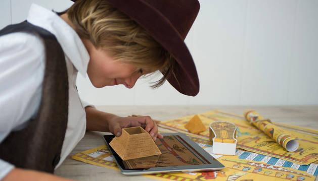 Usando la tablet se puede ver las fases de la momificación egipcia