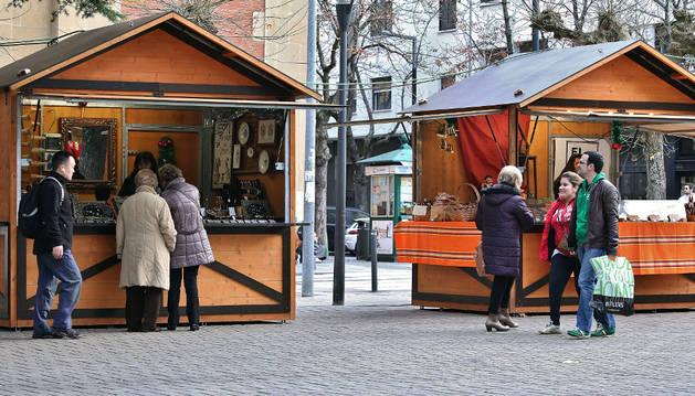 Paseantes miran los diferentes puestos de la feria de artesanía de Navidad el pasado sábado por la mañana