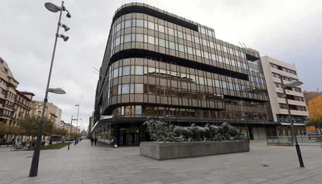 Edificio central de Caja Navarra situado en la avenida Carlos III de Pamplona.