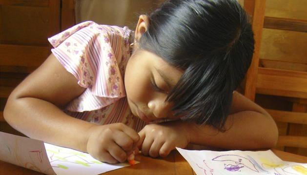 Una niña realiza tareas escolares