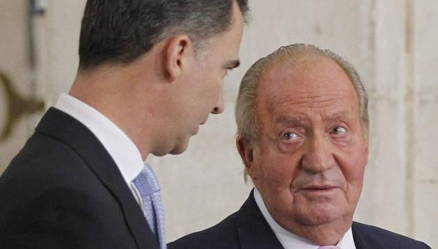 El Rey Juan Carlos junto a su hijo, el día de la firma de la abdicación