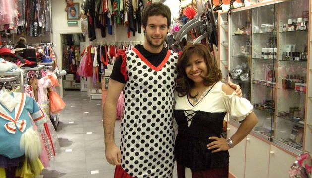 Dos jóvenes se prueban un disfraz en 'El Camerino'.
