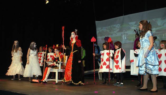 Instante de la representación de la obra 'El sueño de Alicia' en el centro cultural de Ablitas.