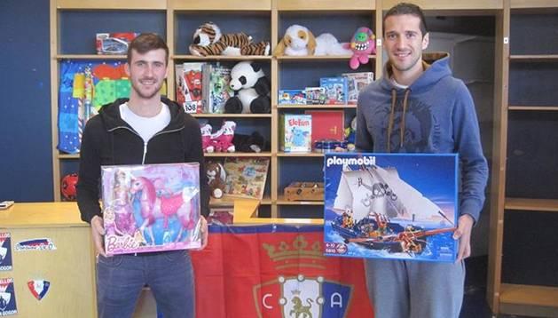 Oier Sanjurjo y Vujadinovic, con juguetes