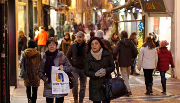Las calles del Casco Viejo de Pamplona presentan en Navidad una gran animación comercial.