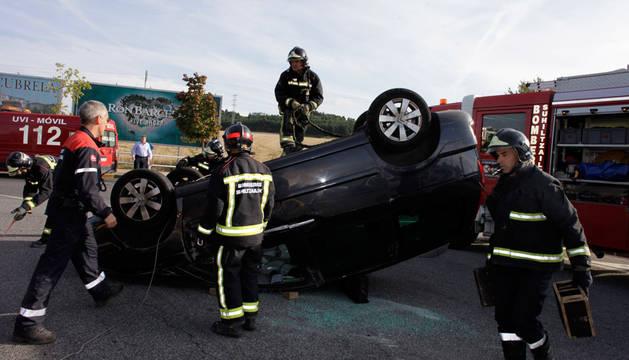 Bomberos del parque de Cordovilla atienden un vuelco sin heridos en la rotonda de Asmóvil, en la carretera a Estella.