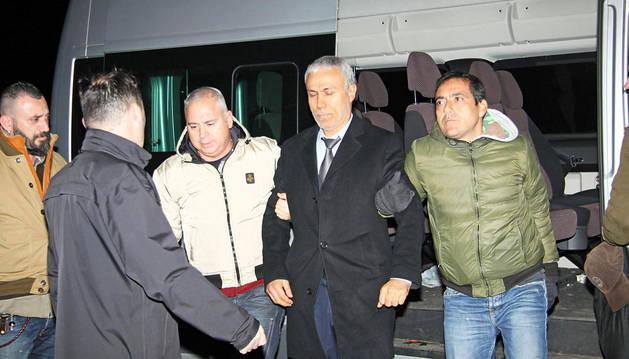 Alí Agca es conducido al aeropuerto para su expulsión de Italia