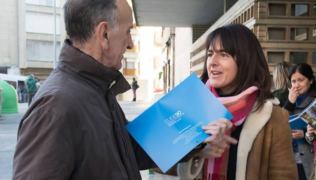 La consejera Vera entrega uno de los calendarios