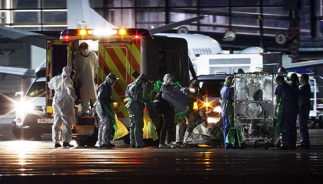 Un equipo sanitario traslada a la enferma a Londres