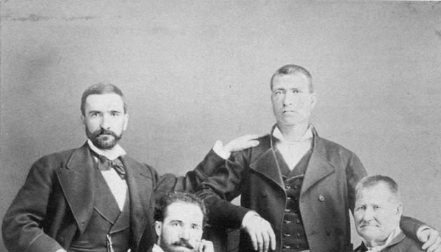 Julián Gayarre, sentado junto a su padre, Mariano. De pie, sus primos Gregorio y Pedro Garjón, reunidos en Madrid en 1877.
