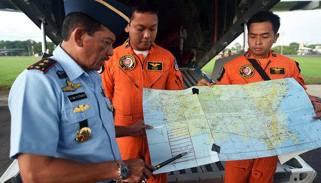 Operativos de emergencias indonesios estudian un mapa