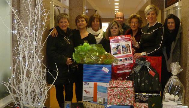 Comerciantes de Pamplona entregan una cesta de más de mil euros