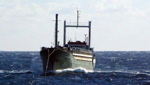 Italia recibe otro barco abarrotado de inmigrantes, segundo en una semana