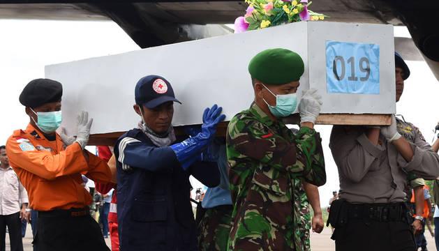 Recuperan 30 cadáveres del avión de AirAsia y hallan dos grandes piezas