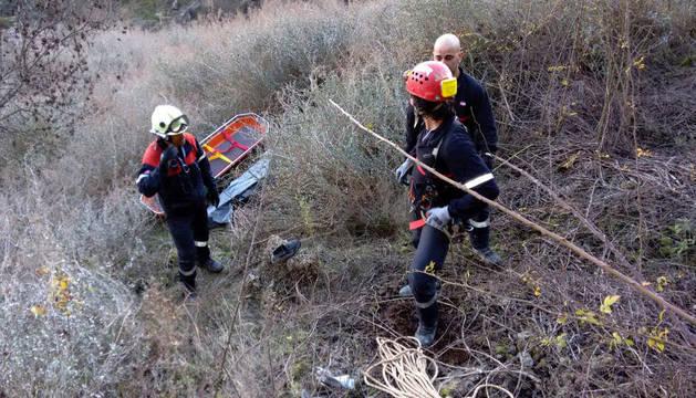 Los bomberos, en el lugar donde han hallado el cadáver