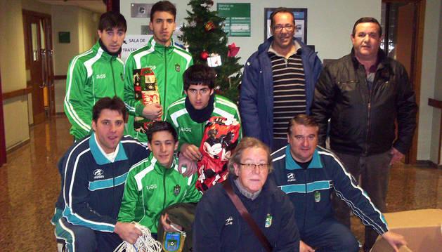 Jugadores y directivos del CD Lourdes, en el hospital de Tudela.