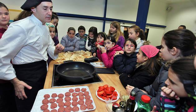 El cocinero Juan Carlos Fernández Pérez enseñó a los niños la receta de la hamburguesa de bonito.