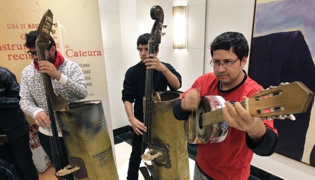 Jóvenes de la Orquesta de Instrumentos Reciclados de Cateura