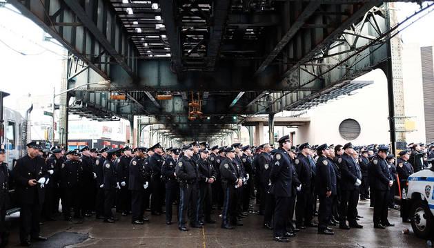 Varios policías homenajean a Wenjian Liu