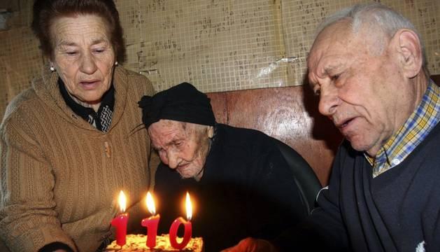 Nicolasa y José soplan las velas con su madre