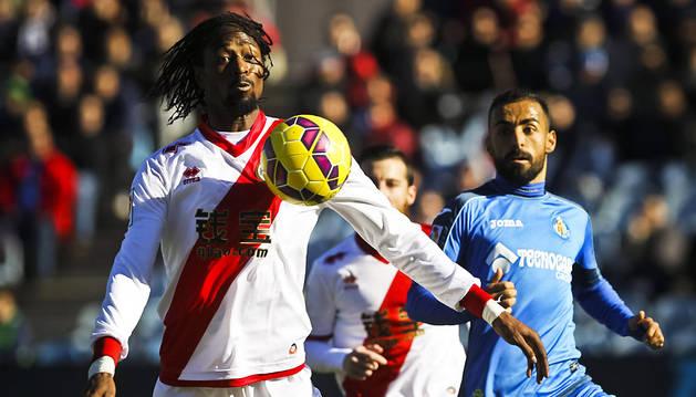 Abdoulaye Ba controla el balón ante Diego Castro.