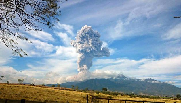 Espectacular columna de humo en el volcán Colima.