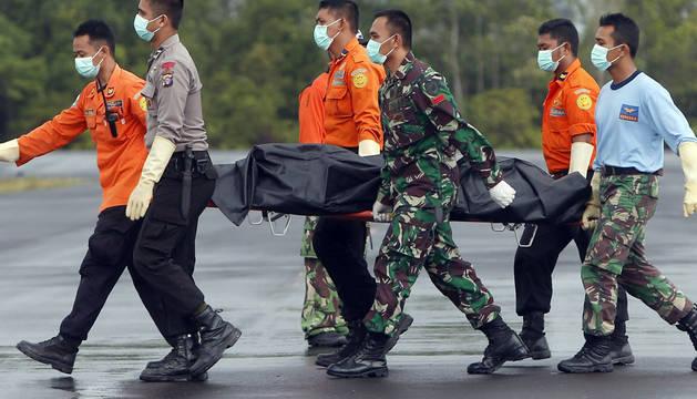 Sigue la búsqueda de las cajas negras del AirAsia estrellado en Indonesia